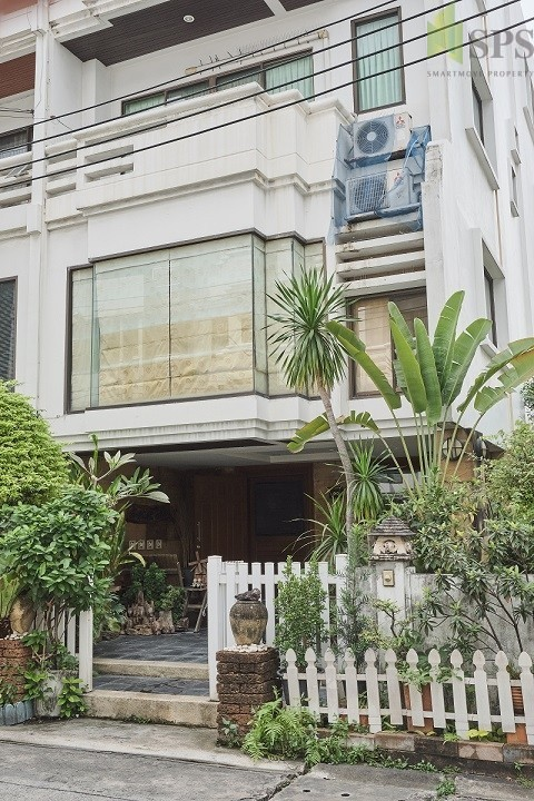 For Rent Townhome 4.5 Storey 4 beds corner unit in Sathorn (SPS Ann038)