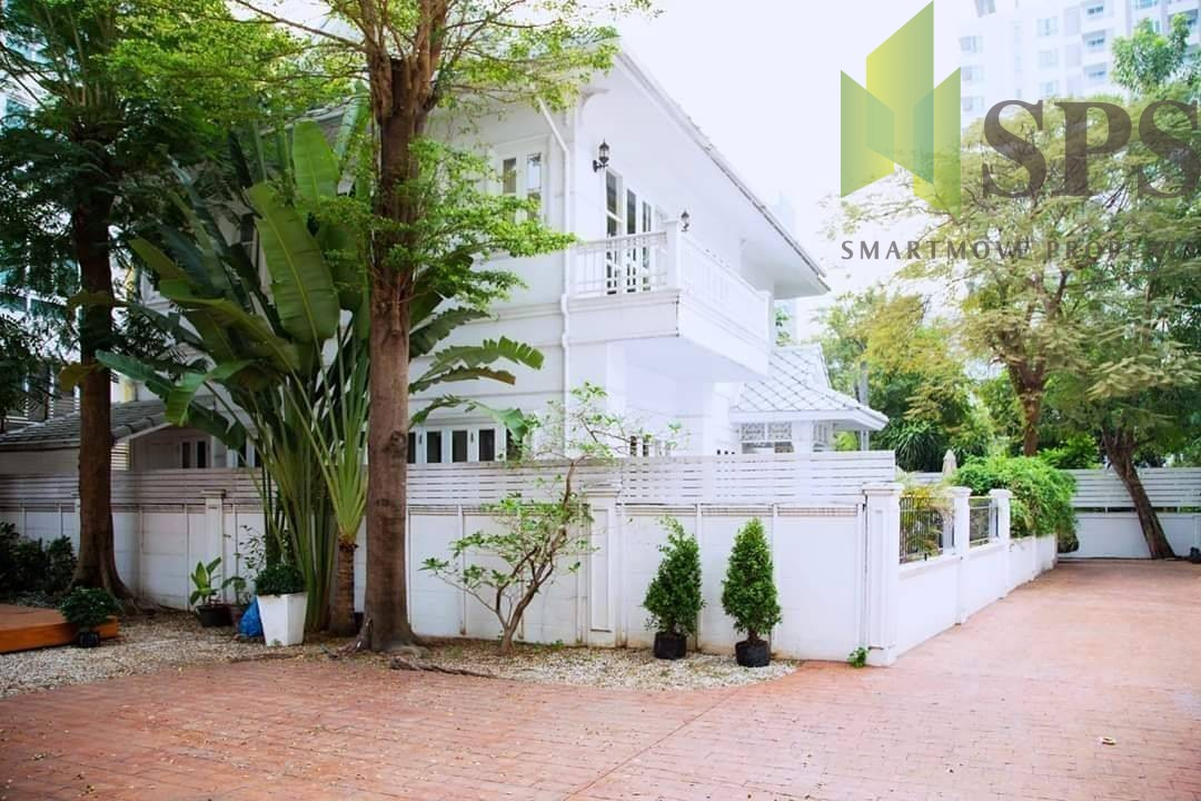 FOR RENT Luxury Colonial style house with contemporary interior at Sukhumvit 33, BTS.Phrompong (SPSN507)