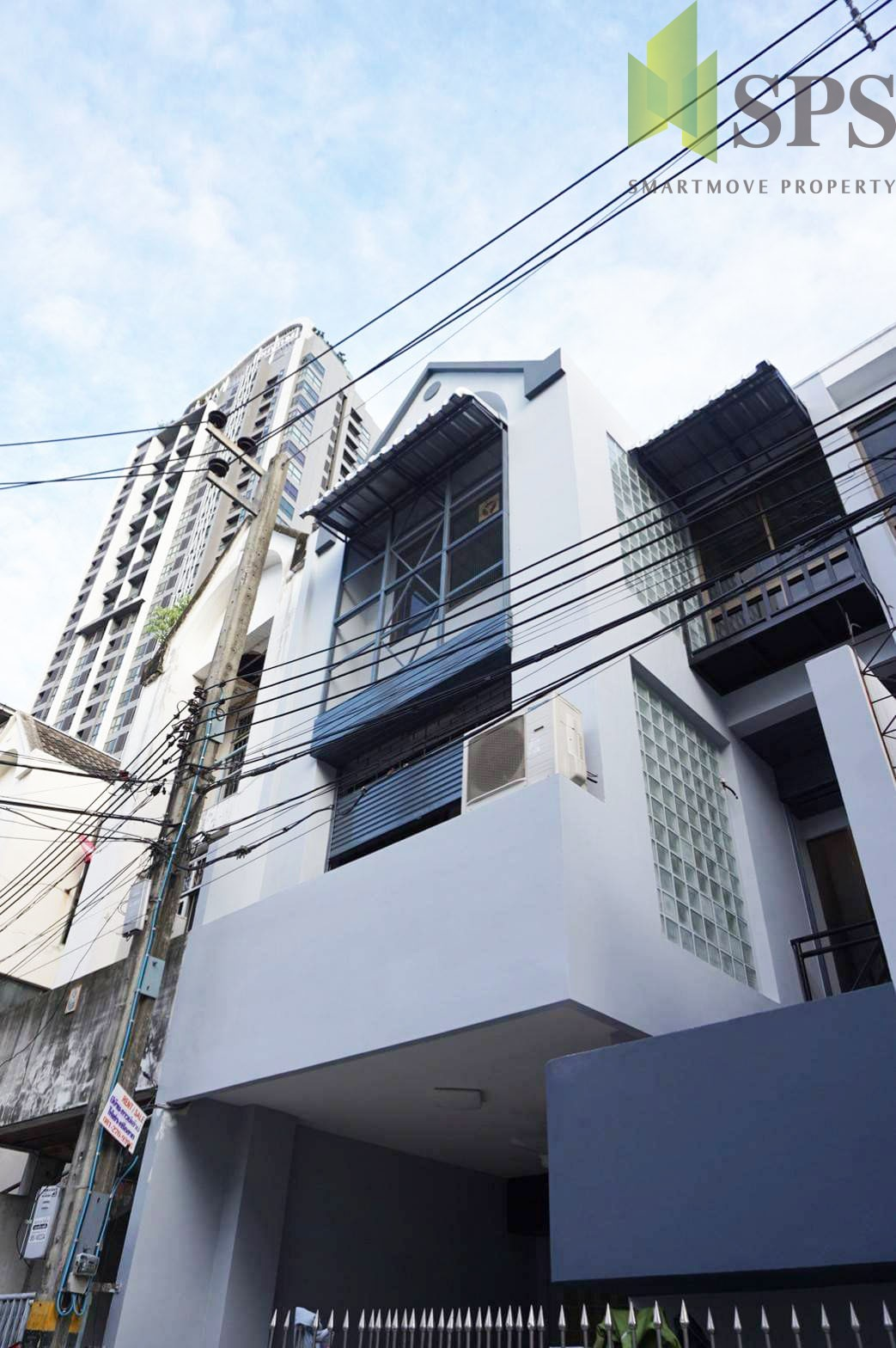 Renovate Town Home ( Only for 2nd and 3rd floors ) next to BTS Phra Khanong for RENT ( SPSP221)