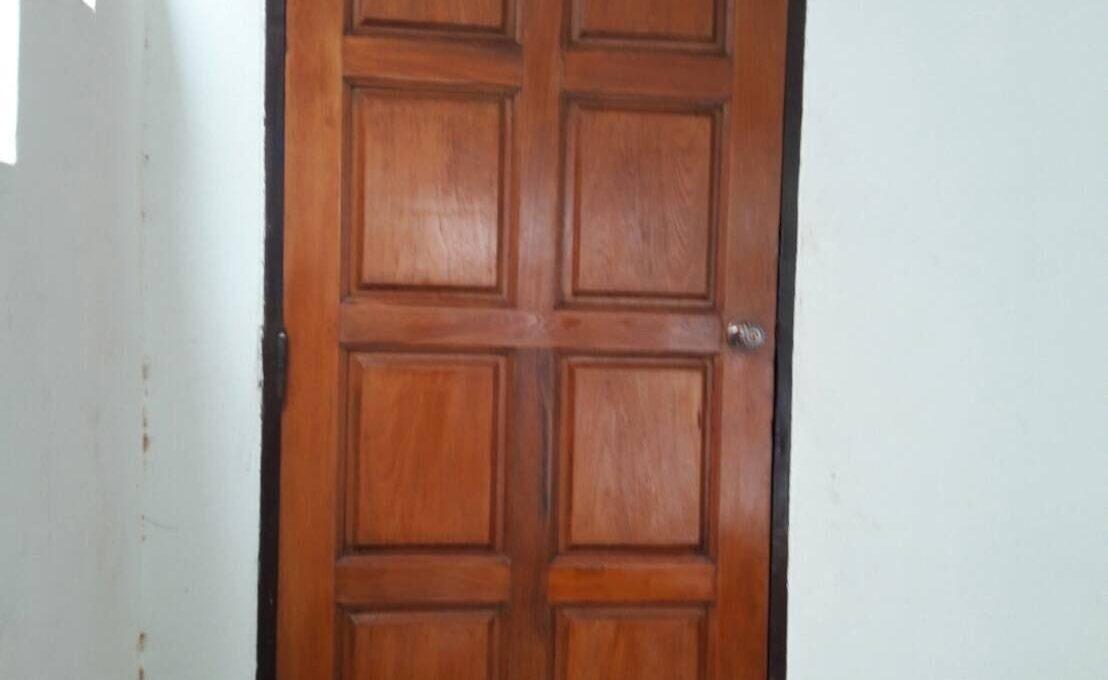 ประตูไม้หน้าบ้าน